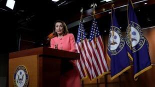 Chủ tịch Hạ viện Mỹ  Nancy Pelosi không tán đồng việc truất phế tổng thống vì sẽ gây nhiều chia rẽ..