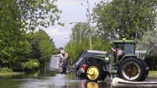 Des membres de la patrouille de sûreté du Québec dans les rues inondées de Saint-Blaise-sur-Richelieu, le 24 mai 2011.