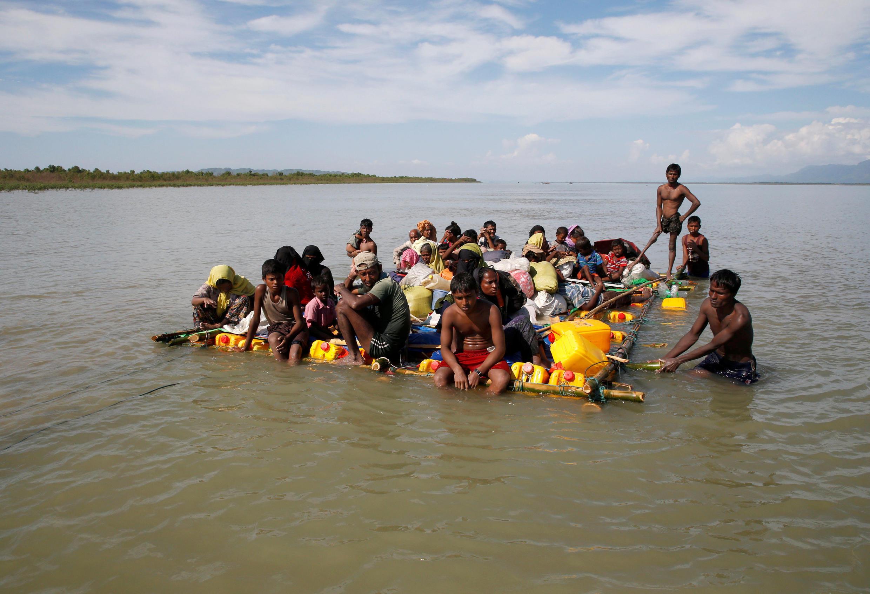 Thảm cảnh người Rohingya Miến Điện vượt sông sang Bangladesh tị nạn (Ảnh chụp tại Cox's Bazar, biên giới Bangladesh ngày 11/11/2017)
