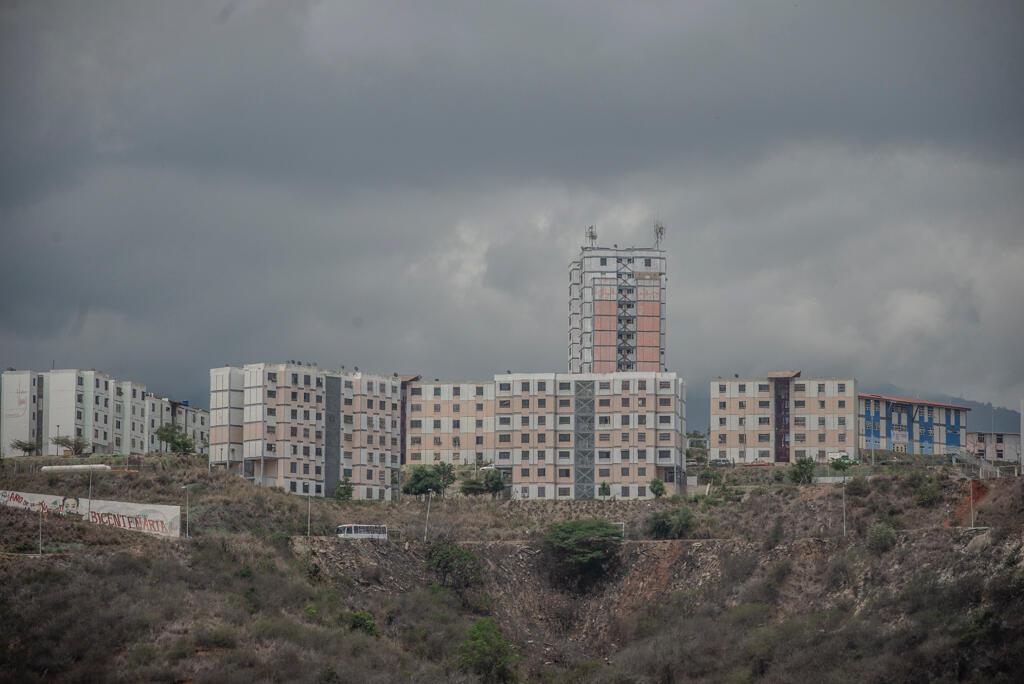Ciudad Caribia est une ville entièrement construite pour fournir des logements sociaux aux Vénézuéliens à faibles revenus. Située à 20 km de Caracas, elle a été fondée en 2006 par Hugo Chávez.10 000 Vénézuéliens y vivent selon le recensement de 2014.