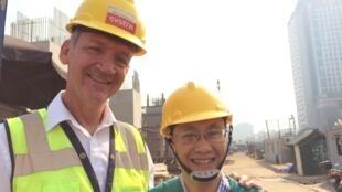 Kỹ sư Saint-Laurent của tập đoàn Systra và ông Nguyễn Lâm Bình, phó giám đốc Ban Quản lý Dự án 1.