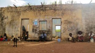 Des déplacés à Yamba. Pour gagner le minimum, les plus vaillants n'ont d'autre choix que de parcourir 8 à 10 km chaque jour pour offrir leurs services aux paysans locaux… en échange d'un maigre dédommagement. D'autres espèrent une aide qui ne vient pas.