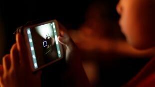 Les écrans font maintenant partie du quotidien, mais peuvent présenter des risques pour la santé et le développement des enfants.