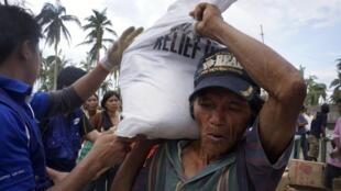 Les critiques se multiplient sur la lenteur de l'acheminement de l'aide vers les zones ravagées.