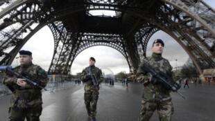 """在巴黎参与反恐""""步哨行动""""的法国士兵资料图片"""