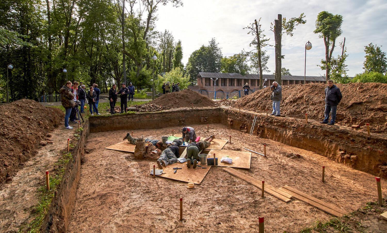Les archéologues travaillent sur le site de la tombe du général napoléonien Charles Étienne Gudin de la Sablonnière à Smolensk.