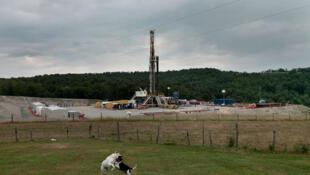 Un équipement de forage de gaz de schiste à proximité d'une ferme laitière en Pennsylvanie, USA.