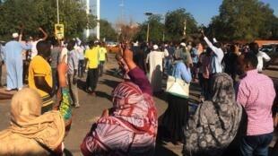Waandamanaji katika makao makuu ya jeshi, Khartoum, Sudani.