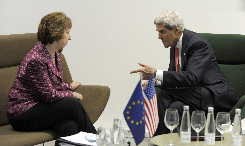Le secrétaire d'Etat américain John Kerry (D) et la chef de la diplomatie européenne Catherine Ashton, à Vilnius ce 7 septembre 2013.