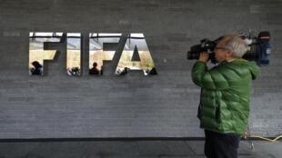 Mpiga picha akisubiri nje ya makao makuu ya FIFA, Oktoba 20, 2015, Zurich.