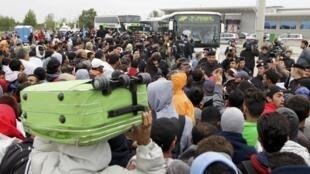 Milhares de migrantes, que estavam bloqueados na Hungria, chegaram neste sábado (5) à Áustria.