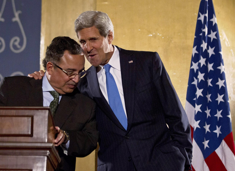 Le secrétaire d'Etat américain John Kerry (d) et son homologue égyptien Nabil Fahmy lors de leur conférence de presse commune. Le Caire, le 3 novembre 2013.