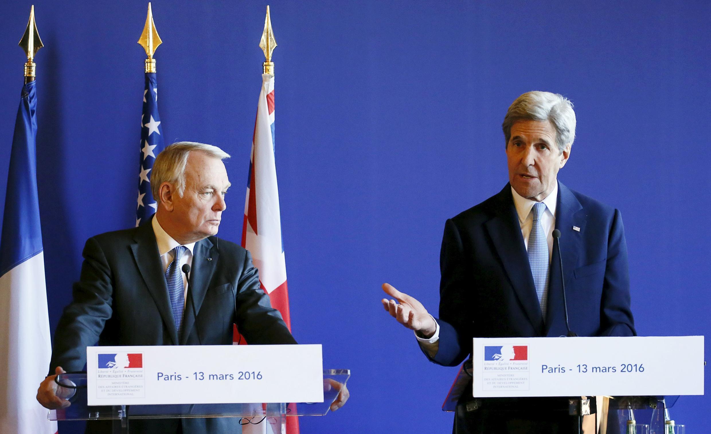 Ngoại trưởng Pháp Jean-Marc Ayrault (trái) và ngoại trưởng Mỹ John Kerry trong một hội nghị tại Paris, đầu năm 2016.