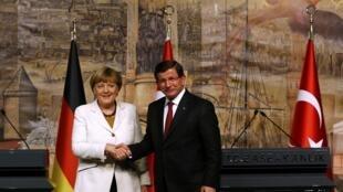 Thủ tướng Đức Angela Merkel và người đồng cấp Thổ Nhĩ Kỳ Ahmet Davutoglu, sau cuộc họp báo chung ngày 18/10/2015.