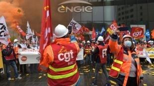 Salariés appartenant à l'intersyndicale de Suez manifestant devant la tour d'Engie, à la Défense, à Paris, le 29 septembre.