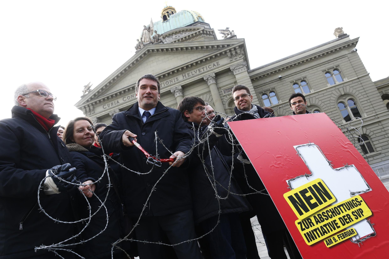 Các nghị sĩ Quốc hội và Chủ tịch đảng Xã hội Thụy Sĩ ( giữa) trong chiến dịch vận động bác bỏ thắt chặt nhập cư.