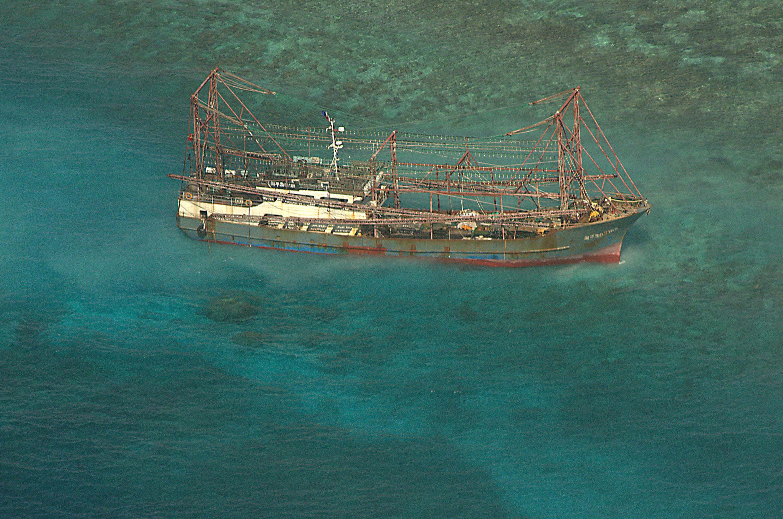 Le bateau de pêche chinois, embourbé dans le récif de Tubbataha, en avril 2013.