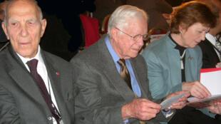 (De g. à d.) : Stéphane Hessel, Jimmy Carter et Mary Robinson réunis pour la remise des prix de journalisme des droits de l'homme. Paris, 6 décembre 2008.