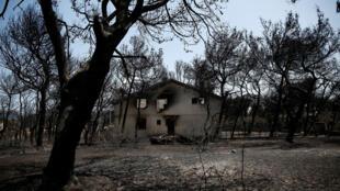 L'une des nombreuses maisons qui ont brûlé lors de l'incendie qui a eu lieu dans le village de Mati en Grèce