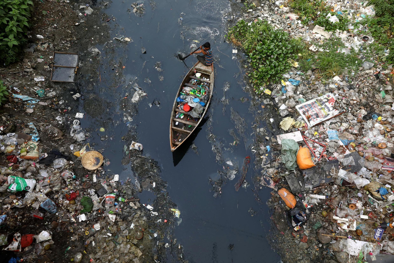 Un homme au milieu de déchets de plastique à Dhaka, au Bangladesh, le 17 avril 2019.