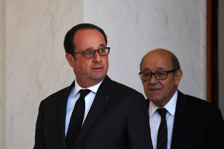 فرانسوا هولاند، رئیس جمهوری فرانسه و ژانایو لودریان، وزیر دفاع هنگام خروج از جلسۀ هیأت وزیران در کاخ الیزه. چهارشنبه ۲۳ فروردین/ ۱٢ آوریل ٢٠۱٧