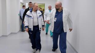 Владимир Путин и Денис Проценко в больнице в Коммунарке, 24 марта 2020 г.
