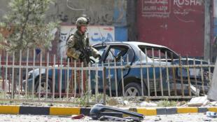 Un soldat américain contrôle un véhicule à Kaboul après l'attentat de jeudi 5 septembre 2019.