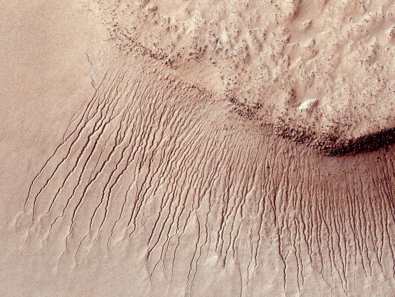 Sur cette image prise en janvier 2011, les scientifiques avaient déjà observé des lignes qui apparaissent seulement pendant les saisons chaudes, s'allongent puis disparaissent quand les températures chutent.