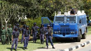 Polícia vigia uma manifestação em Mbabane.