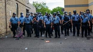 Des membres de la police de Minneapolis lors d'une manifestation après la mort de George Floyd, le 7 juin 2020.