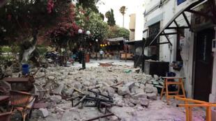 Duas pessoas morreram na madrugada desta sexta-feira na ilha grega de Kos, no Mar Egeu, sacudida por um forte terremoto.