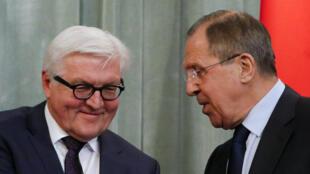 Os ministros das Relações Exteriores da Alemanha, Frank-Walter Steinmeier (à esquerda), e da Rússia, Serguei Lavrov, em reunião nesta quarta-feira (23).