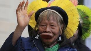 Cacique Raoni está na França buscando apoio para a campanha contra a construção de Belo Monte.