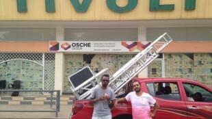 Rappers MCK e Luaty Beirão domingo 6/11 frente ao Cine Tivoli em Luanda