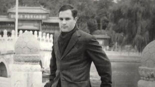 Bernard Boursicot diplomate en poste en Chine tombe sous le charme de Shi Peipu, une célèbre chanteuse de l'opéra de Pékin et devient un espion à la solde des Chinois.