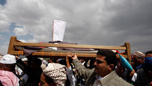 Les manifestants contre le régime d'Ali Abdallah Saleh portent les corps de combattants de l'opposition morts dans les affrontements avec les forces loyalistes à Sanaa, vendredi 3 juin 2011.