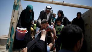.غیرنظامیان عراقی هنگام فرار از جنگ موصل روز 19 ژوئن 2016