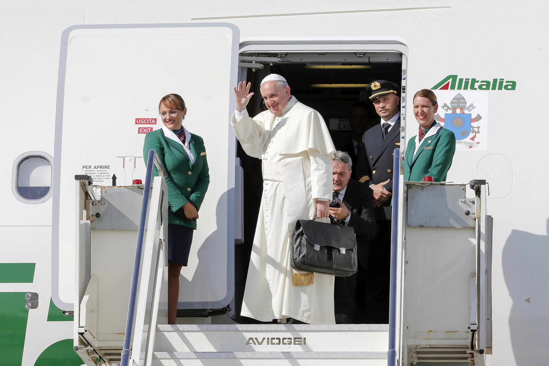 Papa embarca para cuba