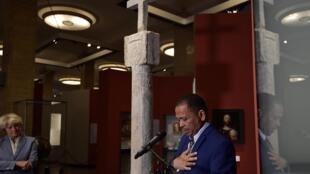 L'ambassadeur de Namibie en Allemagne Andreas Guibeb au Musée de l'Histoire allemande, à Berlin, le 17 mai 2019.  La croix en pierre de Cape Cross a été érigée en 1486 par des navigateurs portugais dans la région devenue la Namibie.