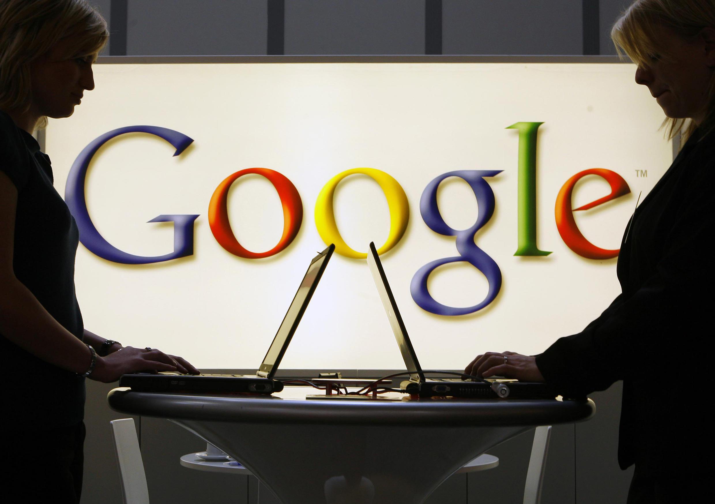 این غول بزرگ فناوری در آمریکا، متهم شده است که با به انحصار درآوردن غیرقانونی خدمات موتور جستجو و نیز تبلیغات بر روی مرورگرهای اینترنتی، قوانین رقابتی را زیر پا گذاشته و نود درصد از بازار جستجوی آنلاین را تحت سلطۀ خود در آورده است.