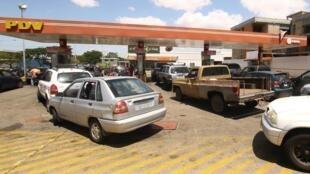 Des automobilistes font la queue pour faire le plein à une station-service de la compagnie pétrolière publique PDVSA à Ciudad Guayana, le 17 mai 2019.