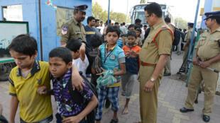 Des enfants qui travaillaient à la chaîne ont été secourus par la police dans la ville d'Hyderabad, le 5 février 2015.
