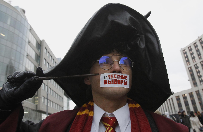 Un protestataire masqué participe à la manifestation contre les résultats des élections parlementaires tenues à Moscou, le samedi 24 décembre 2011.