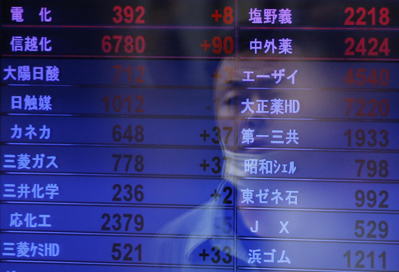 Bảng niêm yết giá cổ phiếu tại một công ty môi giới chứng khoán ở Tokyo. Ảnh chụp ngày 13/05/2013, lúc chỉ số Nikkei của thị trường Tokyo tăng vọt lên mức cao nhất từ 5 năm rưỡi nay.