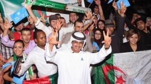 Des habitants de  Dubai, toutes nationalités confondues célèbrent la bonne nouvelle, le 27/11/13 à Dubaï.