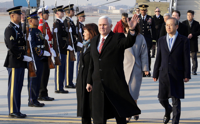 Le vice-président américain Mike Pence et son épouse à leur arrivée à la base militaire de Pyeongtaek, en Corée du Sud, le 8 février 2018.