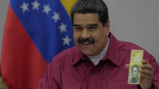 El presidente de Venezuela, Nicolás Maduro, presenta un nuevo billete de 100.000 bolívares en Caracas, el 1 de noviembre de 2017.