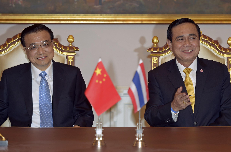 Thủ tướng Trung Quốc Lý Khắc Cường ( trái) và thủ tướng Thái Lan Prayuth Chan-ocha tại Bangkok ngày 19/12/2014.