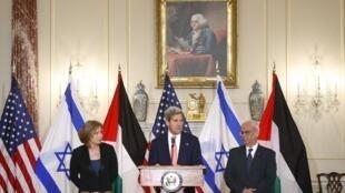 John Kerry com a ministra israelense Tzipi Livini (à esq.) e o negociador palestino Saeb Erekat em Washington nesta terça-feira, 30 de julho de 2013.
