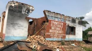Le siège de la Commission électorale nationale indépendante (Céni) à Yumbi, parmi les bâtiments incendiés.